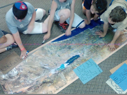 Students learning about the map of Israel